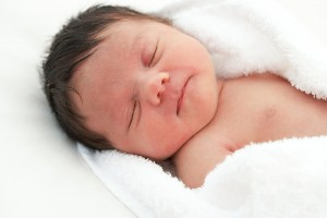 Chăm sóc em bé tháng đầu tiên